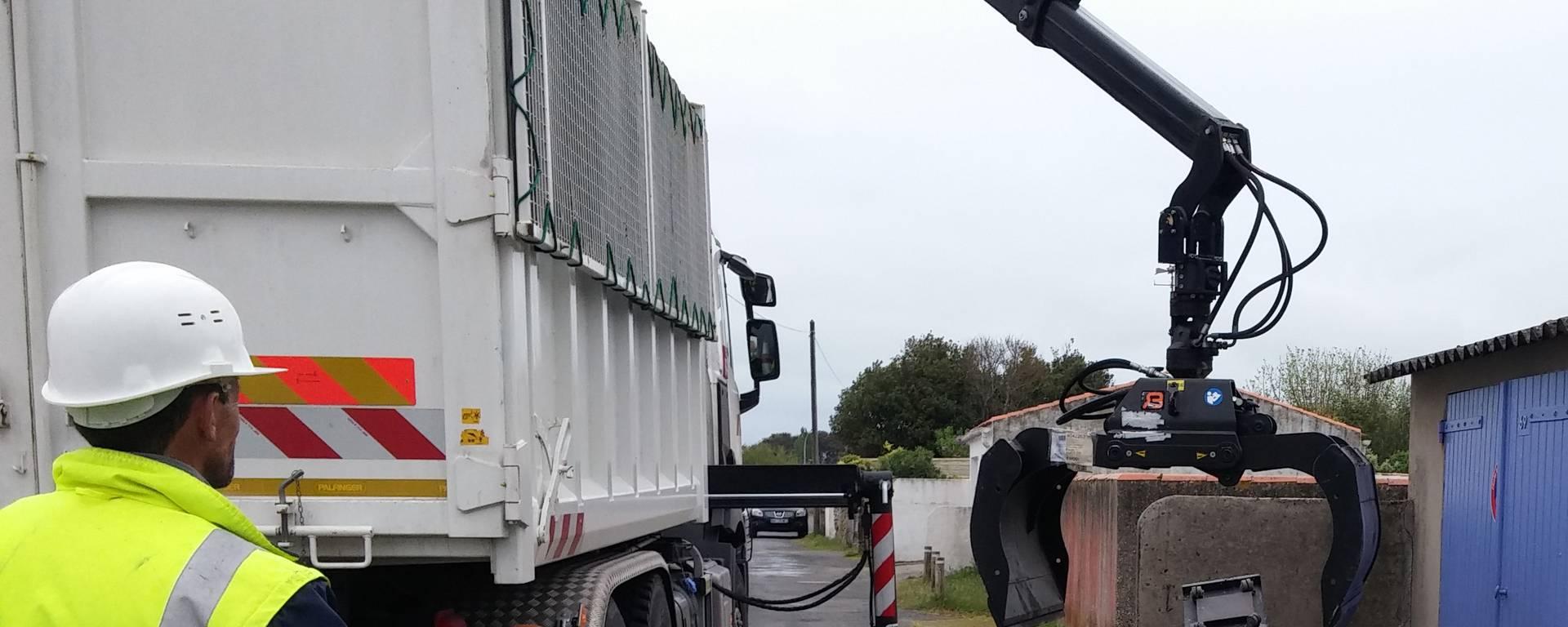 Collecte encombrants avec camion grue