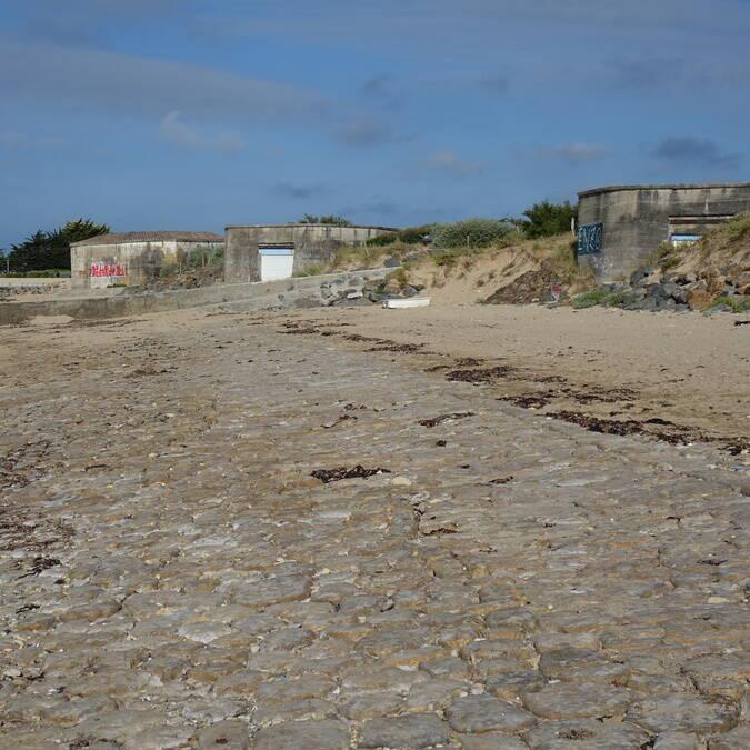 Perré pavé sur la plage de la Cantine travaux de maçonneries.